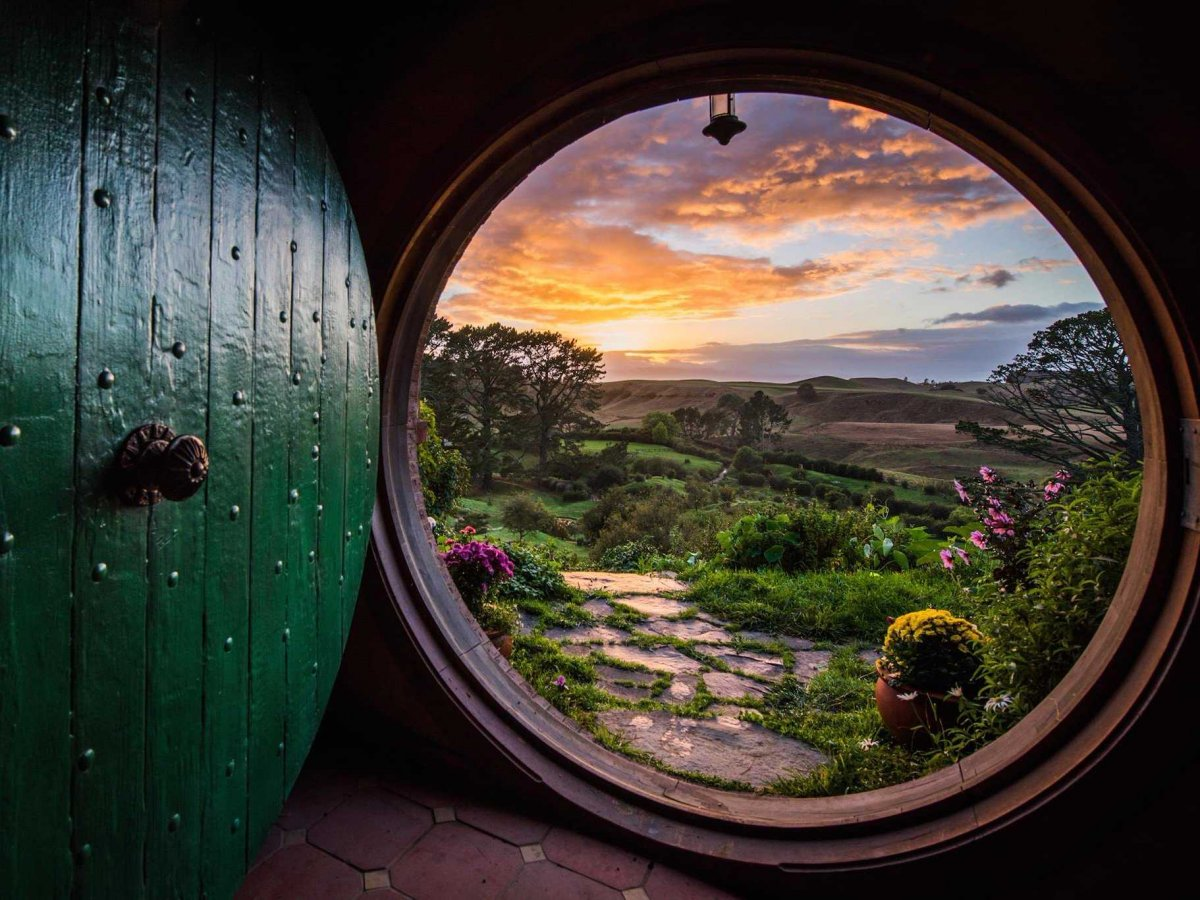 http://static5.businessinsider.com/image/5575ad2d6da811950fb7ee96-1200-924/hobbiton-9.jpg